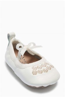 White Pram Shoes (Younger Girls)