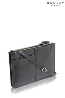 Czarna torebka Radley Pockets przewieszana przez ramię