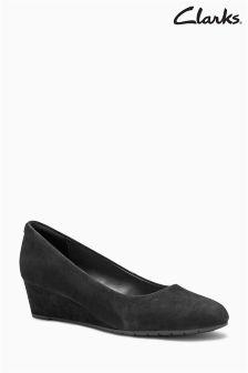Czarne, zamszowe buty na koturnie Clarks Vendra Bloom