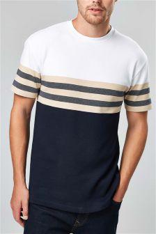 T-shirt rayé sur la poitrine