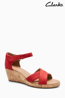 Czerwone buty Clarks Unplaza na korkowym koturnie, z paskiem na krzyż