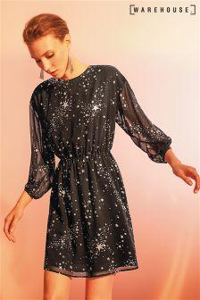 Czarna sukienka Warehouse ze srebrnymi, połyskującymi gwiazdkami
