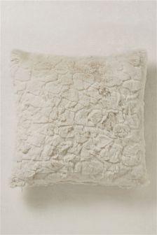 Фактурная подушка из искусственного меха