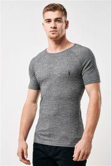 Облегающая мускулы футболка