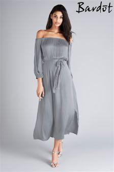 Атласное цельнокройное платье с открытыми плечами