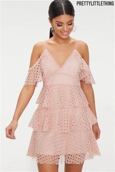 Koronkowa sukienka z odkrytymi ramionami PrettyLittleThing